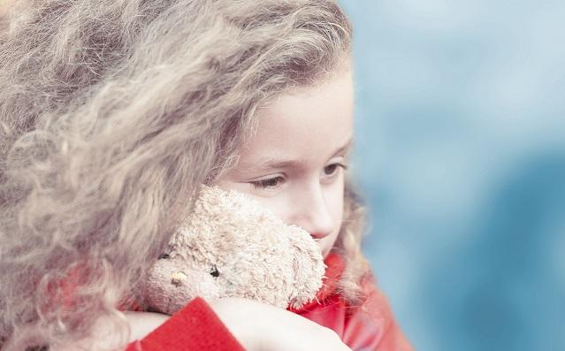 Illustrasjonsfoto av jente med bamse brukt i prosjektet for Bedre tverrfaglig innsats
