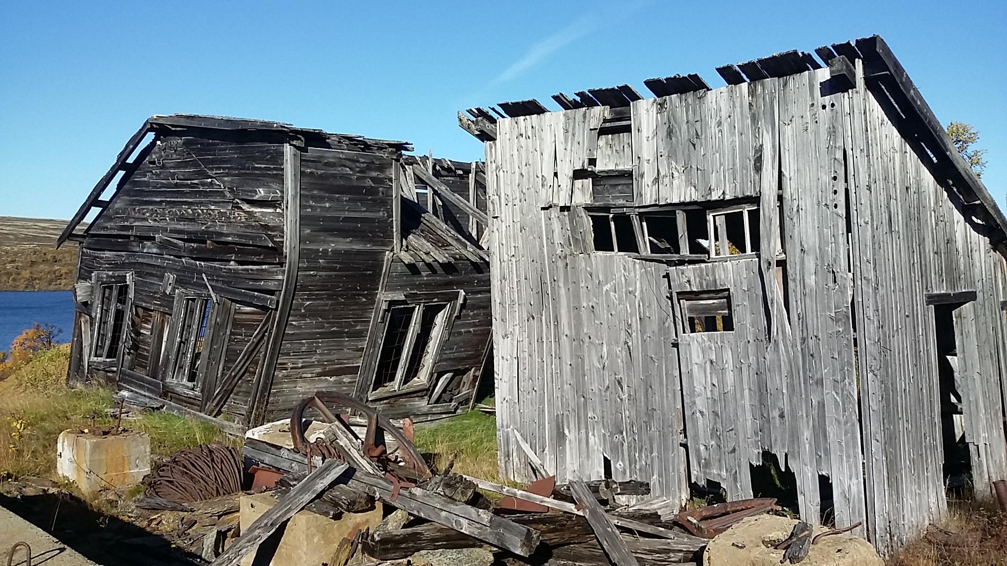 Bilde av falleferdige bygninger fra Rødsjø-gruva.