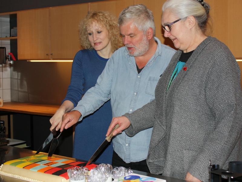 Bilde av ordfører Runa Finborud, varaordfører Bjørn Salvensen og varaordfører Bjørg Skjerdingstad som deler opp kaka.