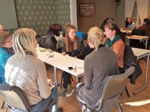 Pedagogisk leder Aino Linnea Danielsen i gruppearbeid med deltakere fra Snåsa og Trondheim