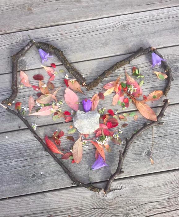 Illustrasjonsfoto av hjerte laget av elementer fra naturen