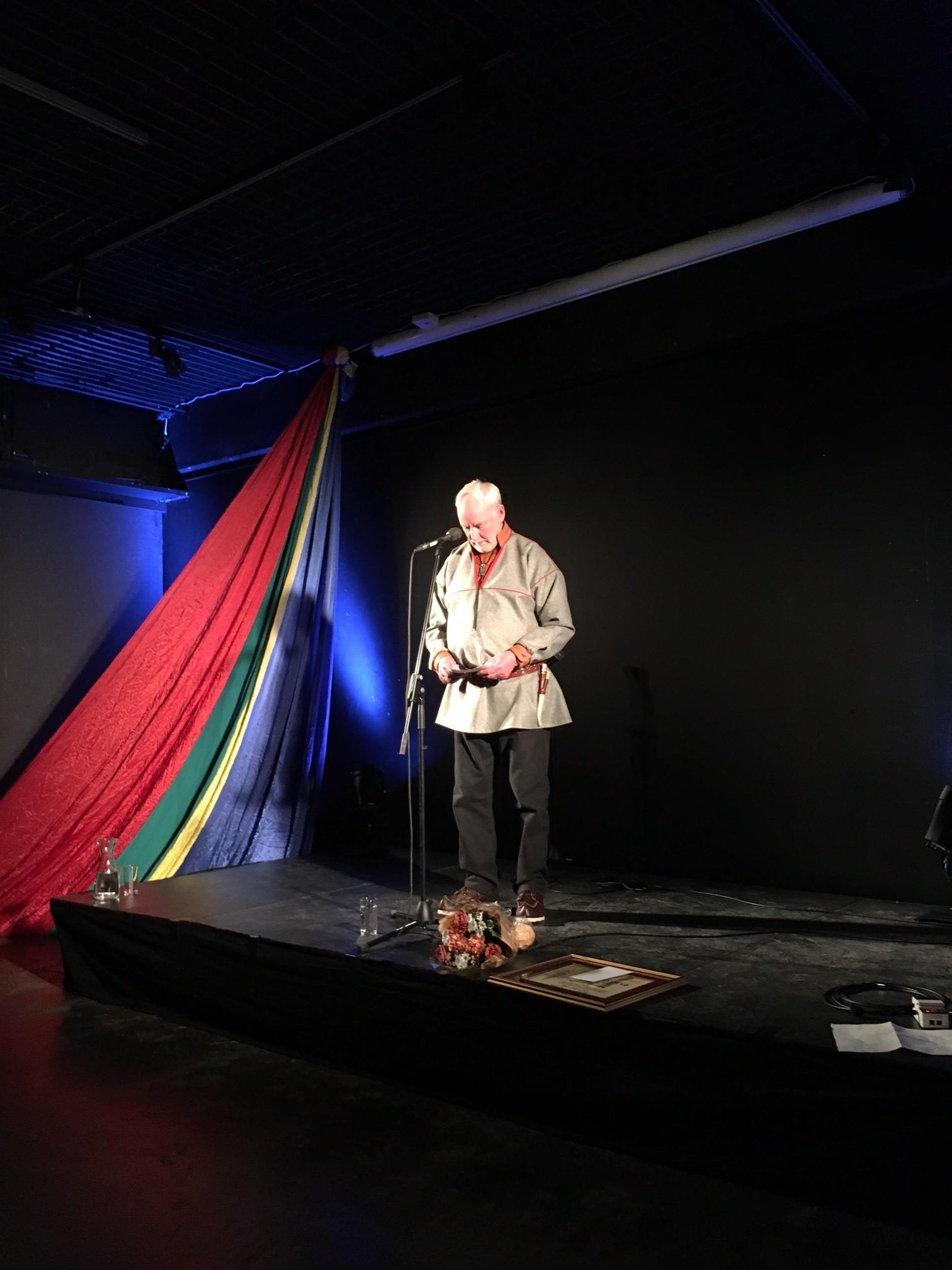 Bilde av Sverre Fjellheim som mottar Røros kommunes kulturpris