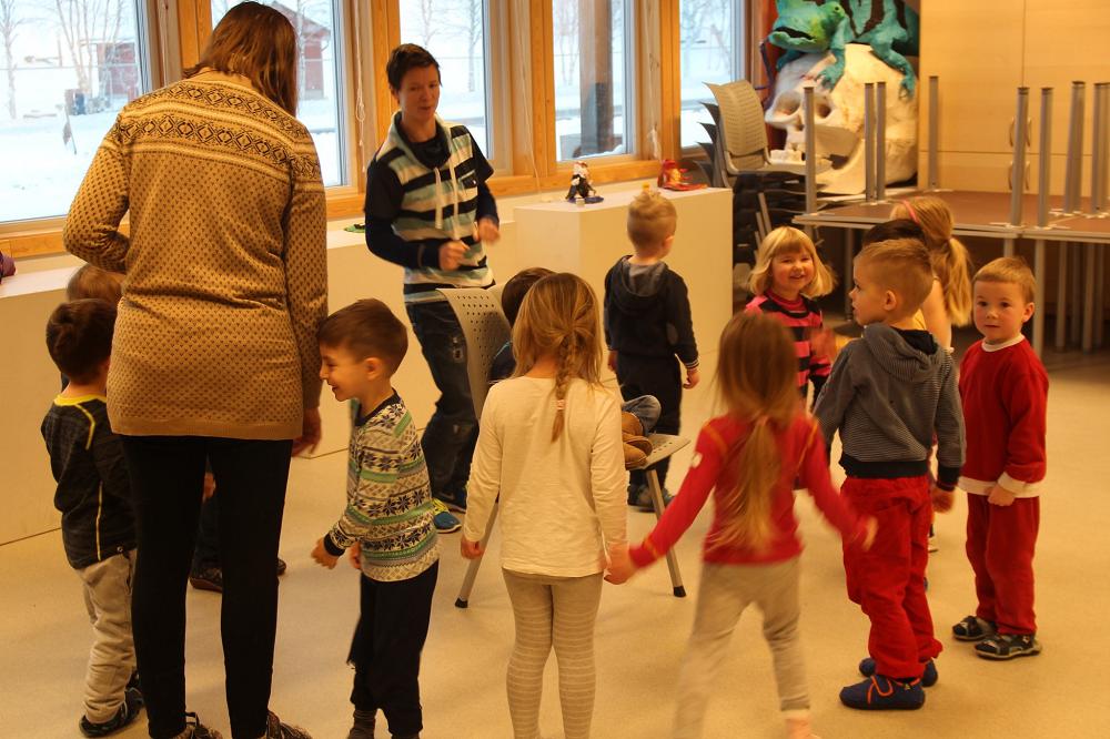 Prosjektet tar i bruk det muntlige språket, kroppsspråket og det musiske språket for å fremme barns språklige kompetanse.