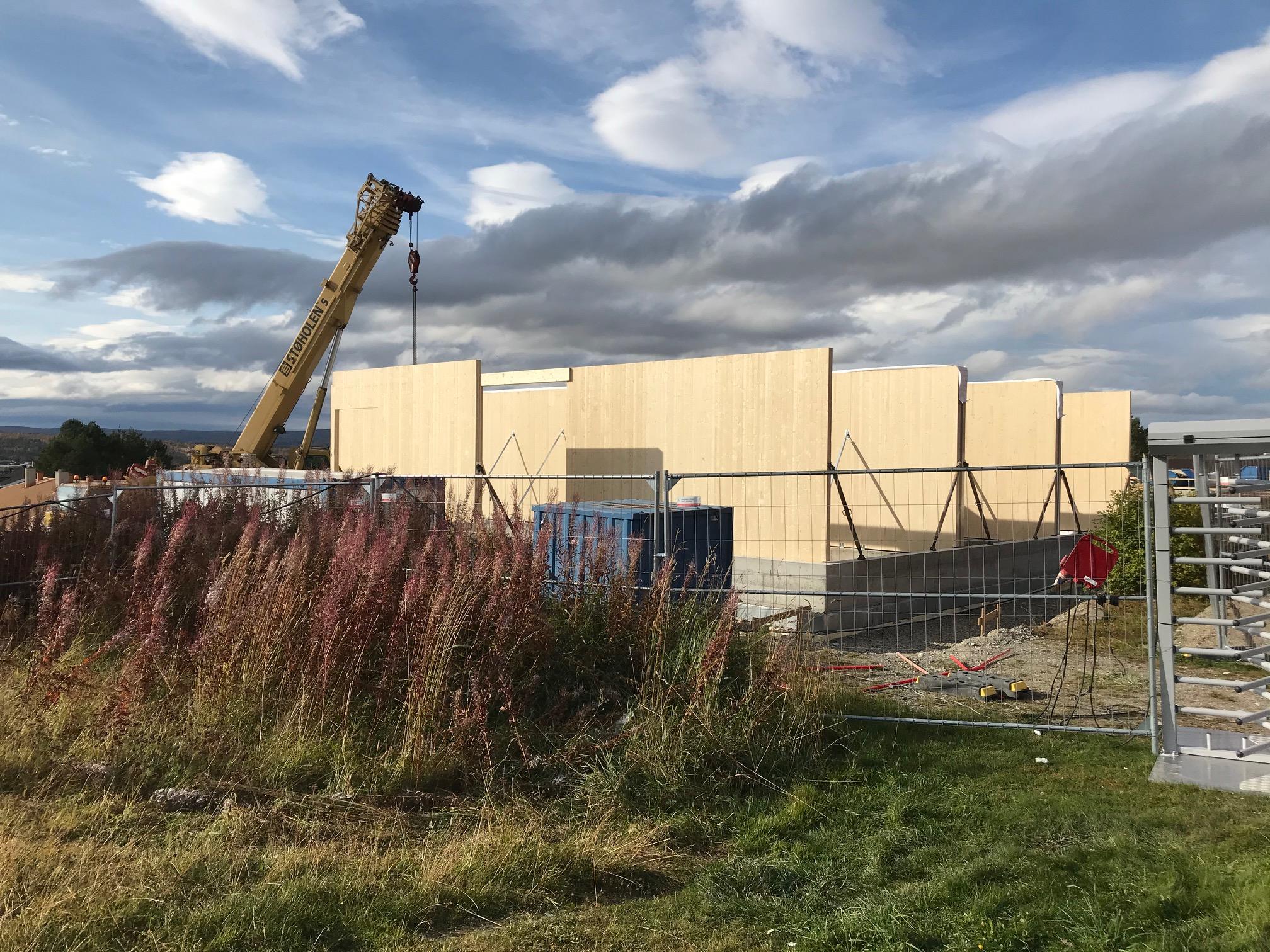 Bilde fra byggepalssen på Øverhagaen når flere av elementene i massivtre har blitt montert.