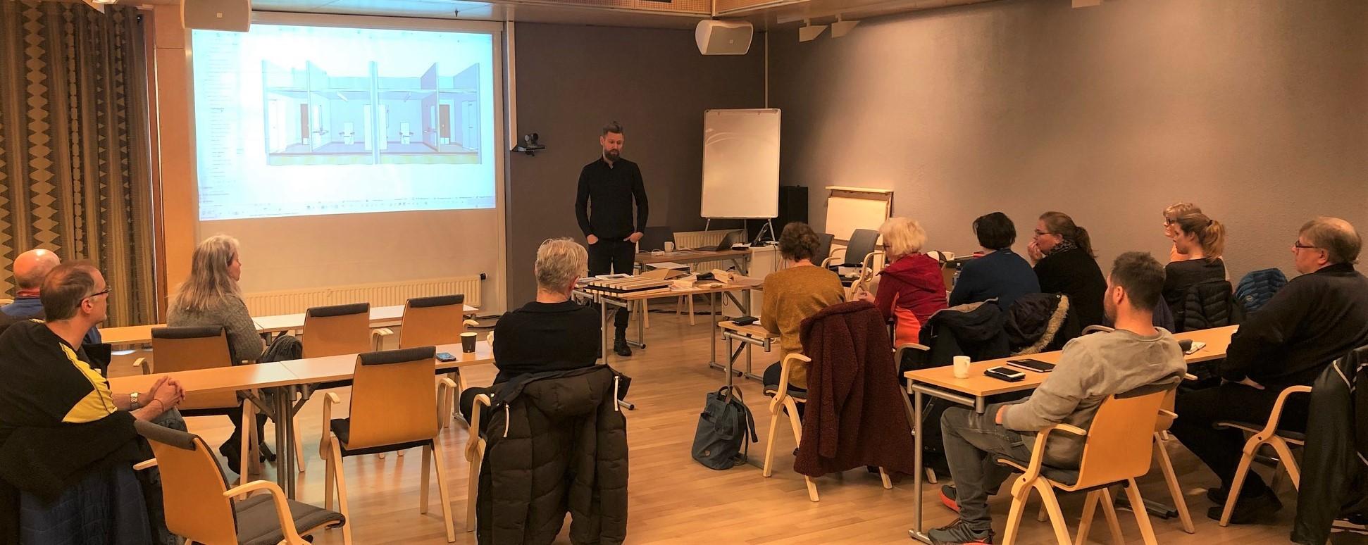 Bilde fra møtet med Kvadrat Arkitekter der de viser 3D-modell fra innsiden av Øverhagaen bo-, helse- og velferdssenter