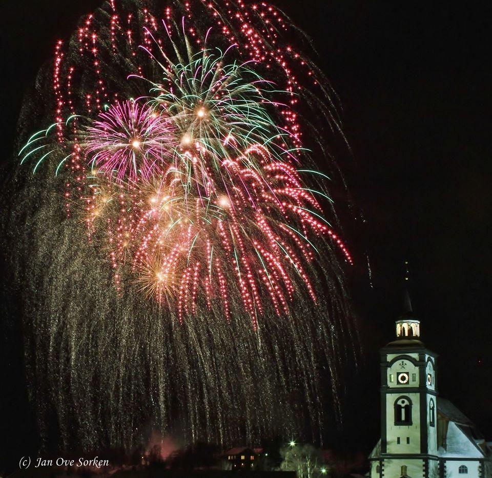 bilde av nyttårsraketter med Røros kirke i forgrunnen
