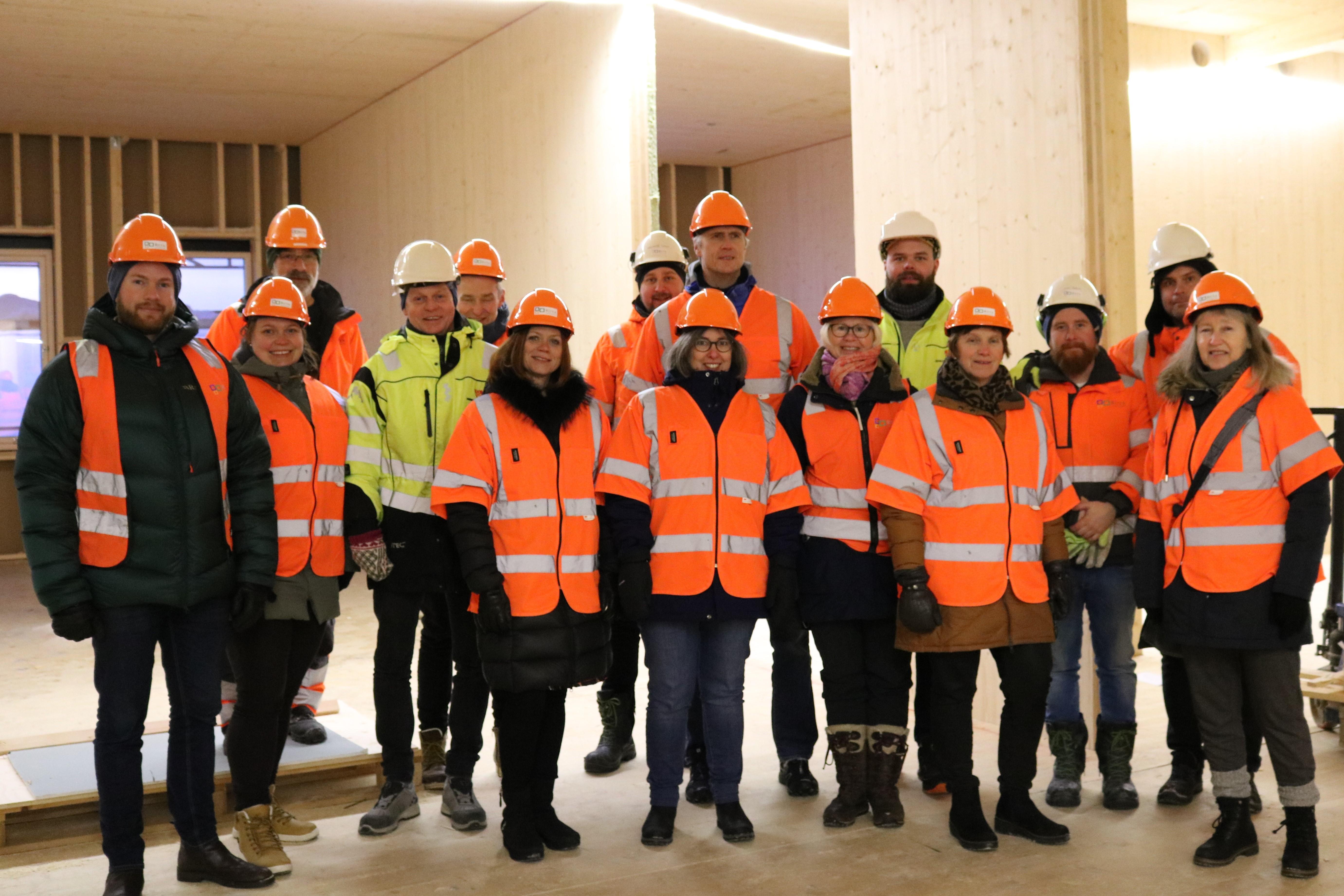Gruppebilde med alle som deltok på befaringen inne på byggeplassen til Øverhagaen bo-, helse- og velferdssenter