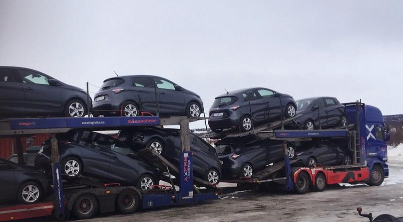 Bildet viser mange el-biler på en trailer som blir levert