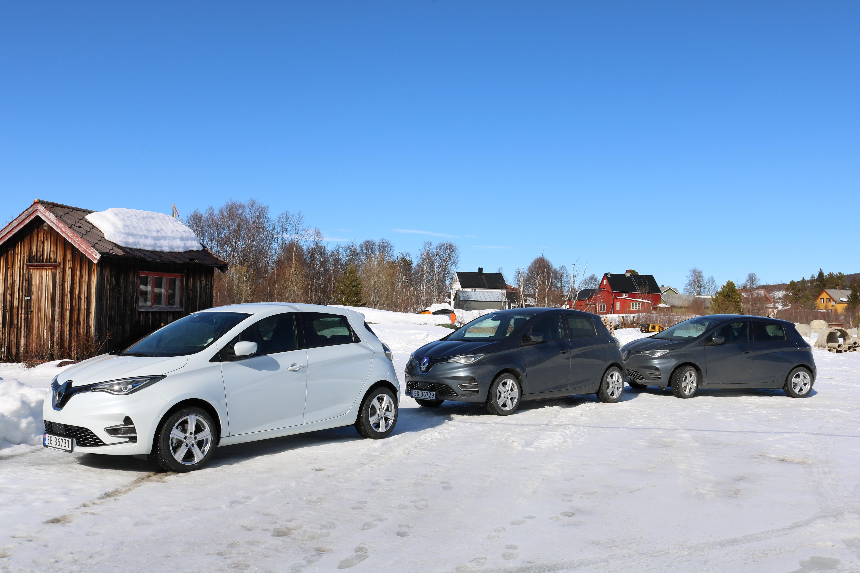 Bildet viser tre stykk nye, el-biler som kommunen skal bruke i sine tjenester