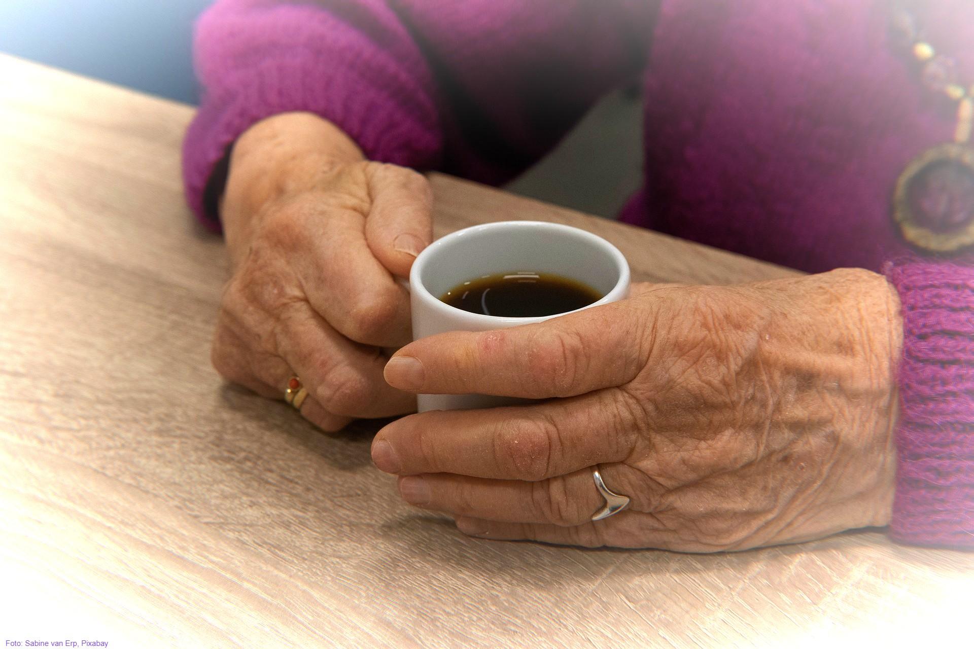 Illustrasjonsbilde eldre hender holder kaffekopp