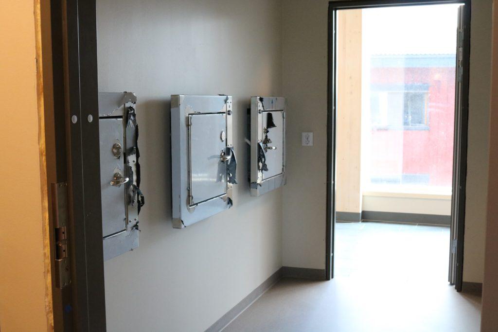bilde som viser litt av rommet med tre dører til avfallsjakten