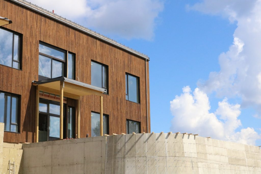 Bilde fra utsiden av bygget til det som skal bli to balkonger i hver sin etasje