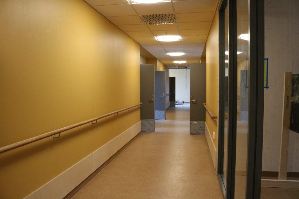 Bilde av den gule gangen med dører inn til rommene
