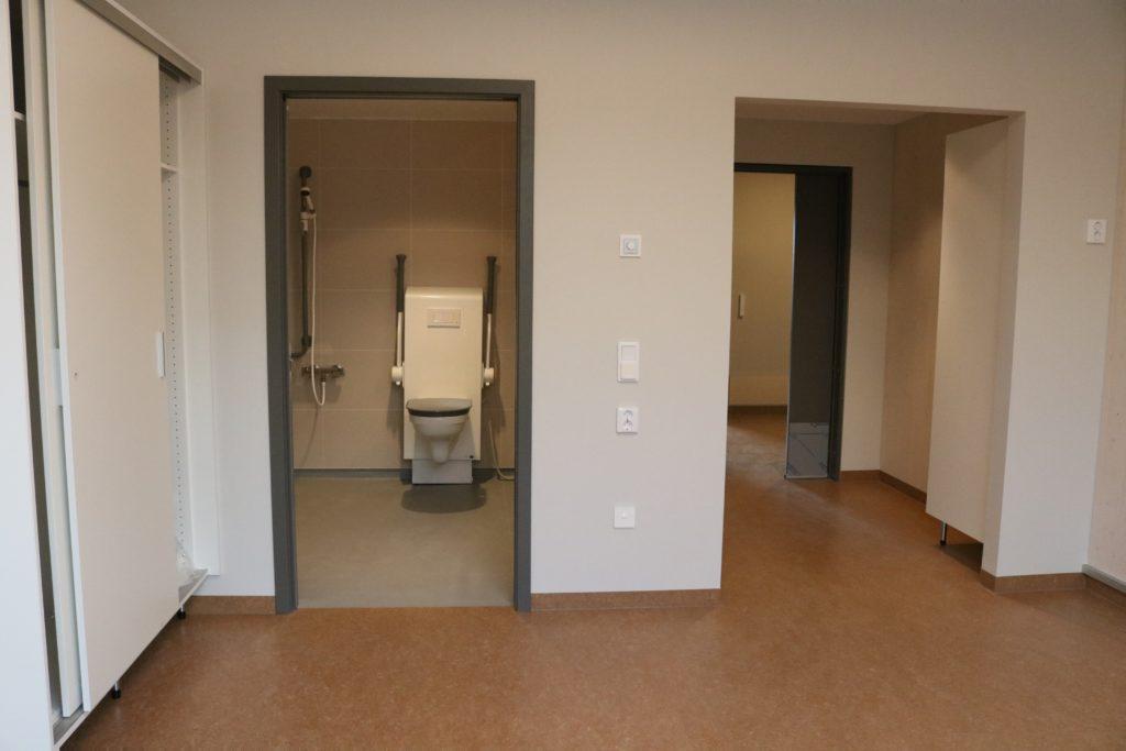 bilde tatt mot badet, der toalettet vises, og ut mot gangen