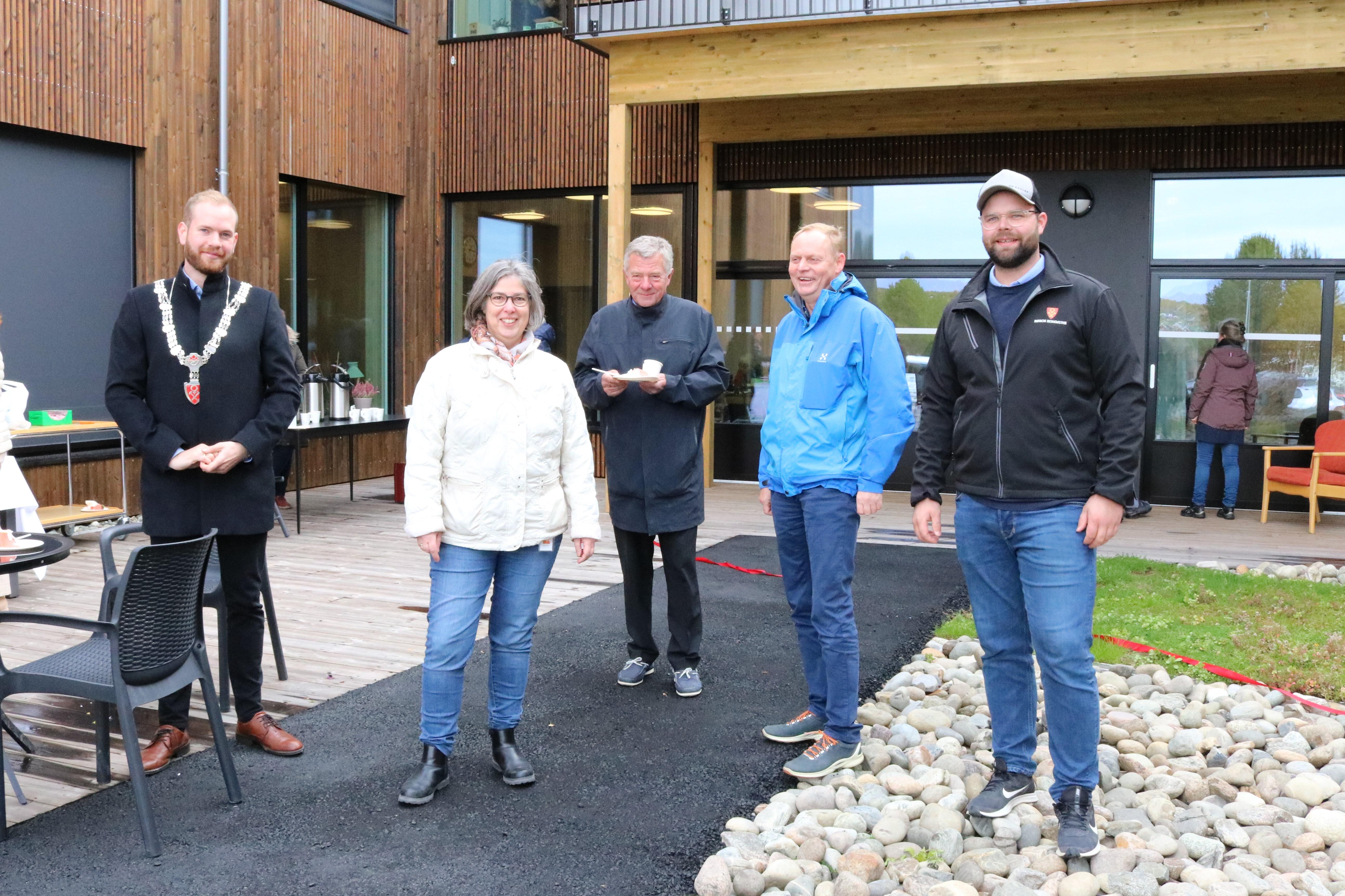 Bilde av Ordfører Busch, Gonda Brouwer, tidligere ordfører Hans Vintervold, Dag Øyen og Mads Tamnes, står fra venstre til høyre, i bakgrunnen ser du Øverhagaen bo-, helse- og velferdssenter.