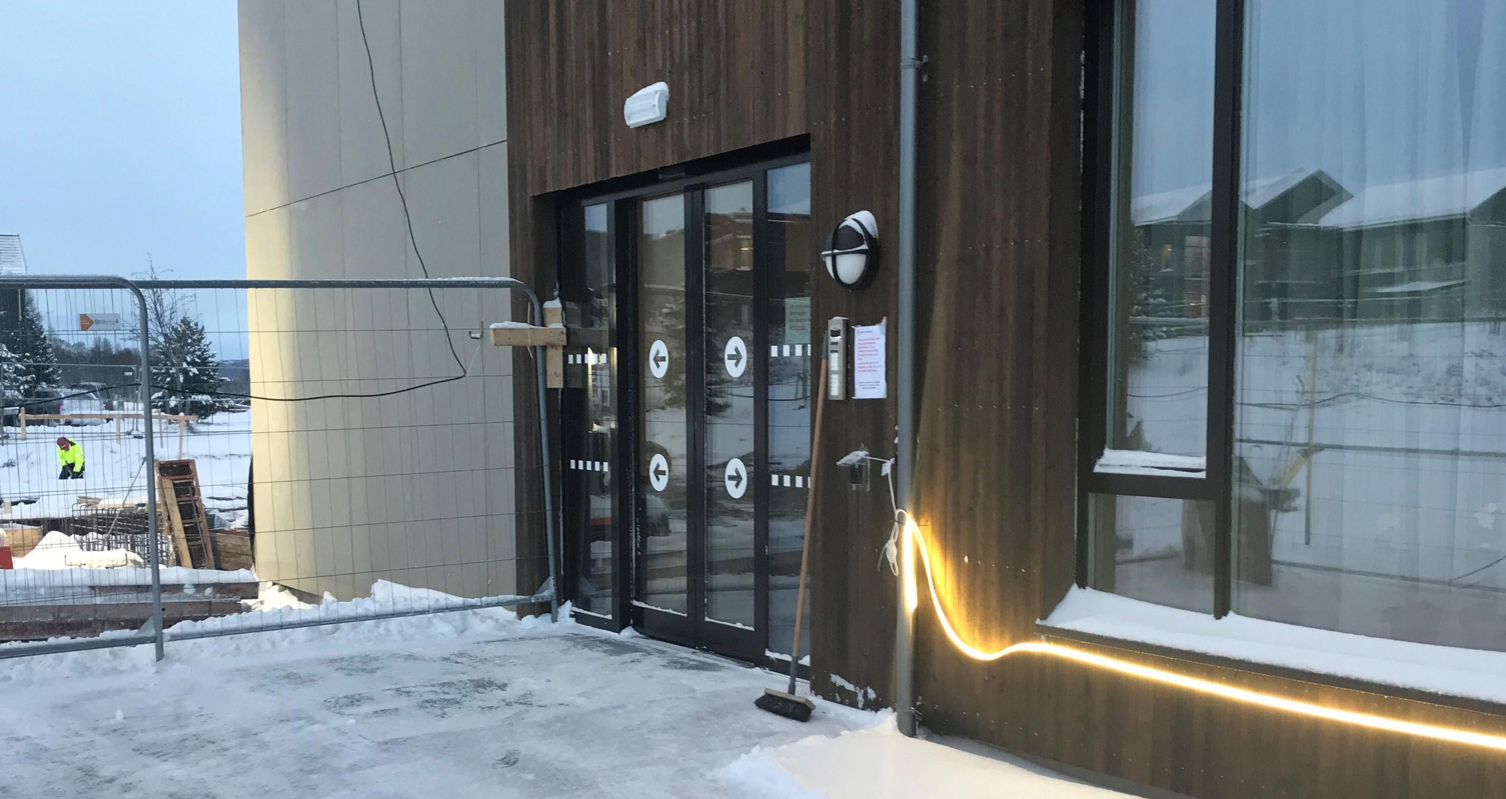 bilde av inngangsdøren på sykehjemmet, fra utsiden om vinteren