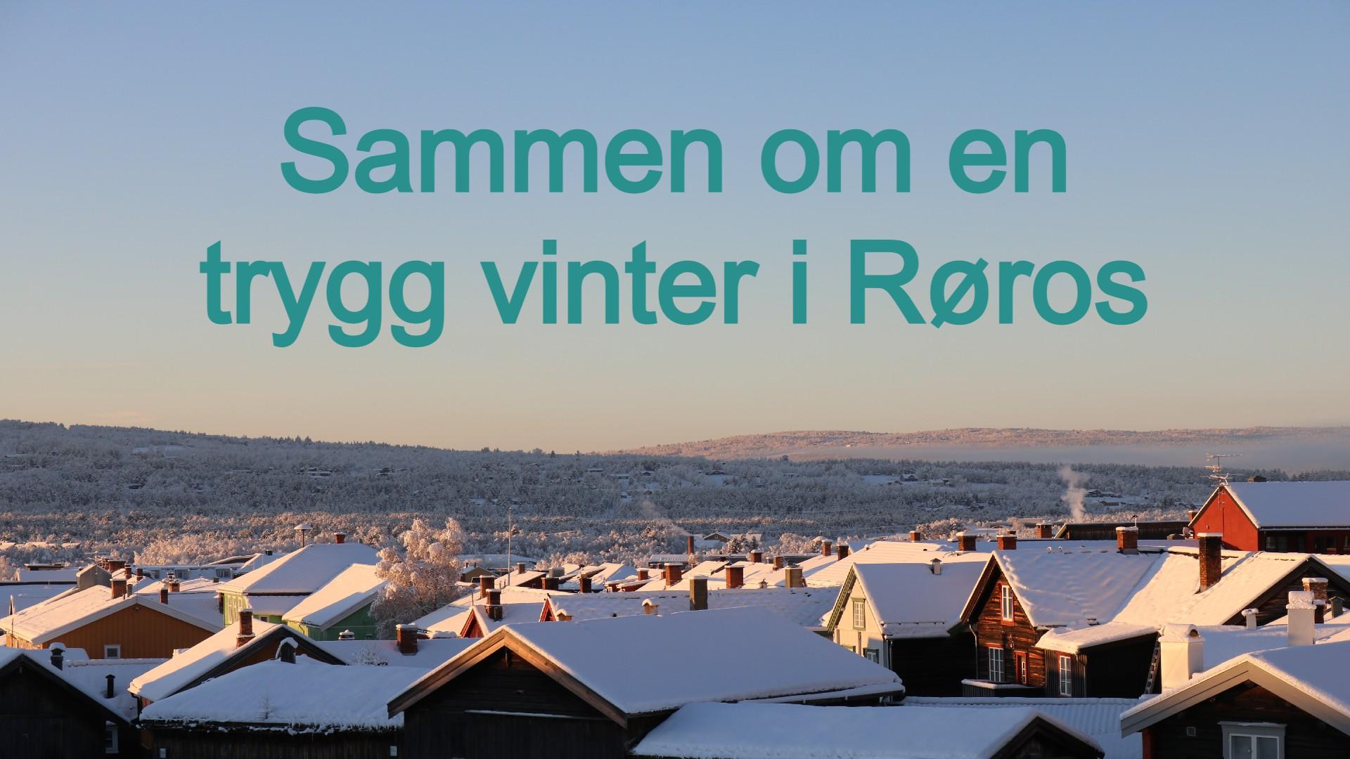 """Vinterbilde av hustak med snø på og røyk fra pipene, med vinterfjell og blå himmel bak - tekstplakat med """"Sammen om en trygg vinter i Røros"""""""