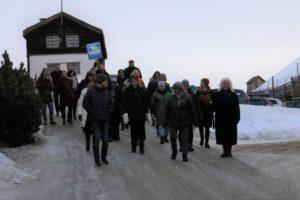 De miljøfyrtårnansvarlige på vei til rådhuset for å motta sine velfortjente diplomer