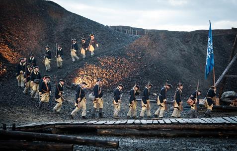 foto fra utespelet Elden, når soldatene går i lang rekke ned fra slagghaugan
