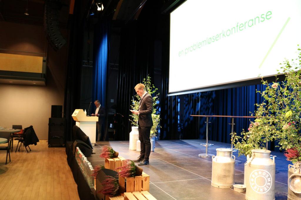 Fungerende ordfører Christian Elgåen holder tale til Rørosmeieriet
