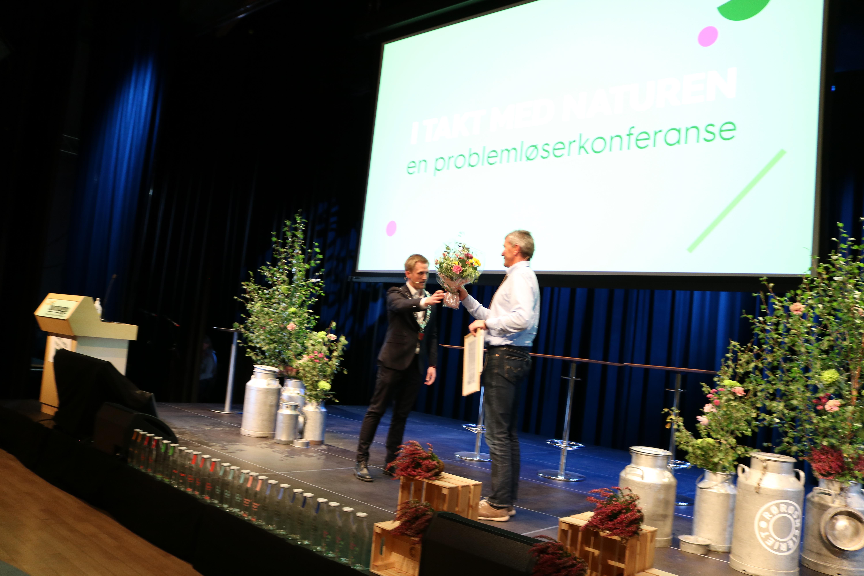 Meieribestyrer Trond Vilhelm Lund tar i mot miljøprisen.